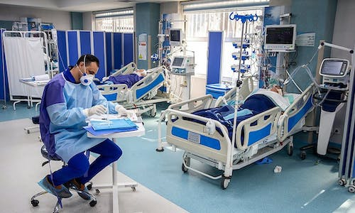 A camera captures an image of the ventilator screen and sends it to the operating tablet, which can be used to control the robot from outside patient rooms.
